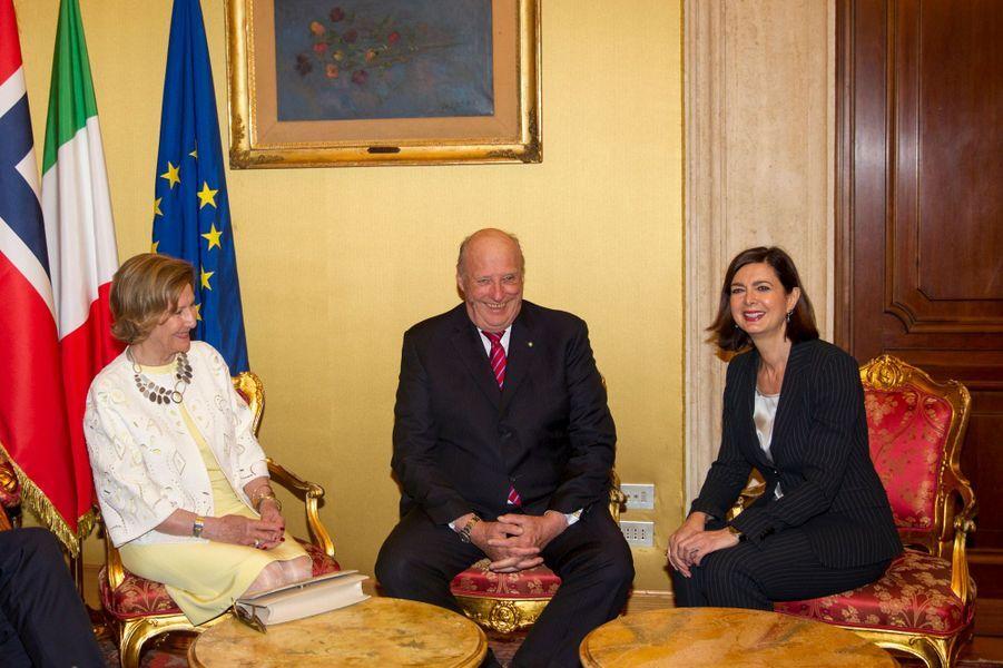 La reine Sonja et le roi Harald V de Norvège avec la présidente de la Chambre des députés à Rome, le 6 avril 2016