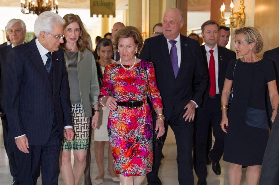 La reine Sonja et le roi Harald V de Norvège avec le président Mattarella et sa fille à Rome, le 7 avril 2016