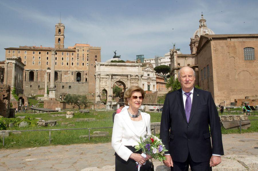 La reine Sonja et le roi Harald V de Norvège sur le forum à Rome, le 7 avril 2016