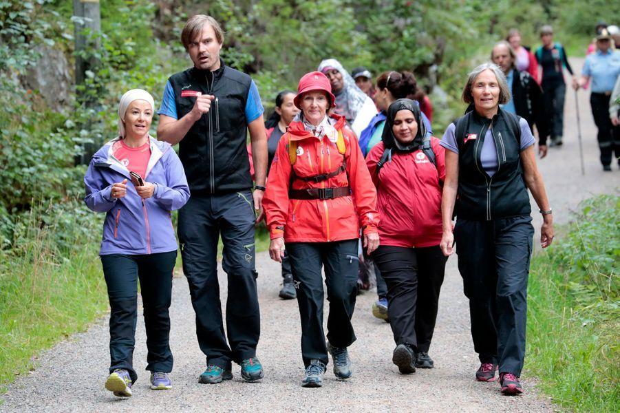 La reine Sonja de Norvège en randonnée avec des femmes de divers pays à Drammen le 24 août 2017