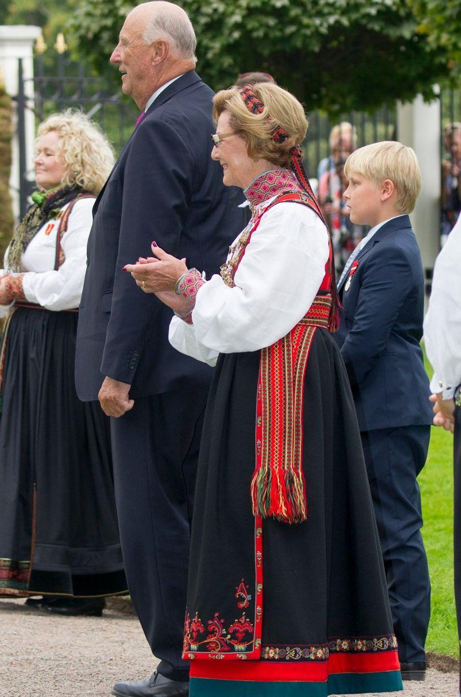 La reine Sonja et le roi Harald V de Norvège avec le prince Sverre Magnus à Oslo, le 1er septembre 2016