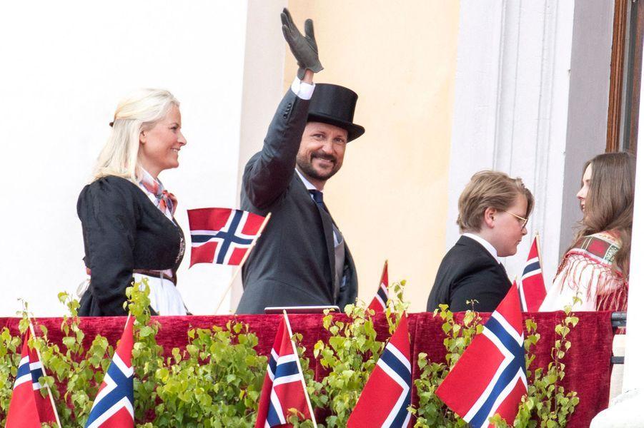 La princesse Mette-Marit et le prince Haakon de Norvège avec leurs enfants, la princesse Ingrid Alexandra et le prince Sverre Magnus à Oslo, le 17 mai 2020