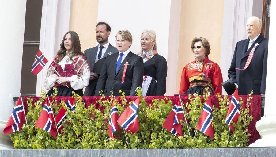 La famille royale de Norvège au balcon du Palais royal à Oslo, le 17 mai 2020