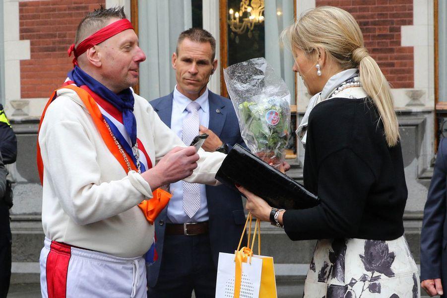 La reine Maxima des Pays-Bas et ses fleurs en promo à Utrecht, le 18 mai 2015
