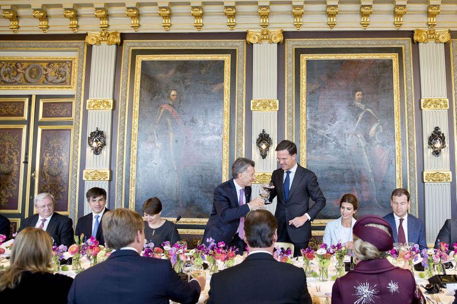 La reine Maxima et le roi Willem-Alexander des Pays-Bas avec le couple présidentiel argentin et le Premier ministre néerlandais à La Haye, le 28 mars 2017
