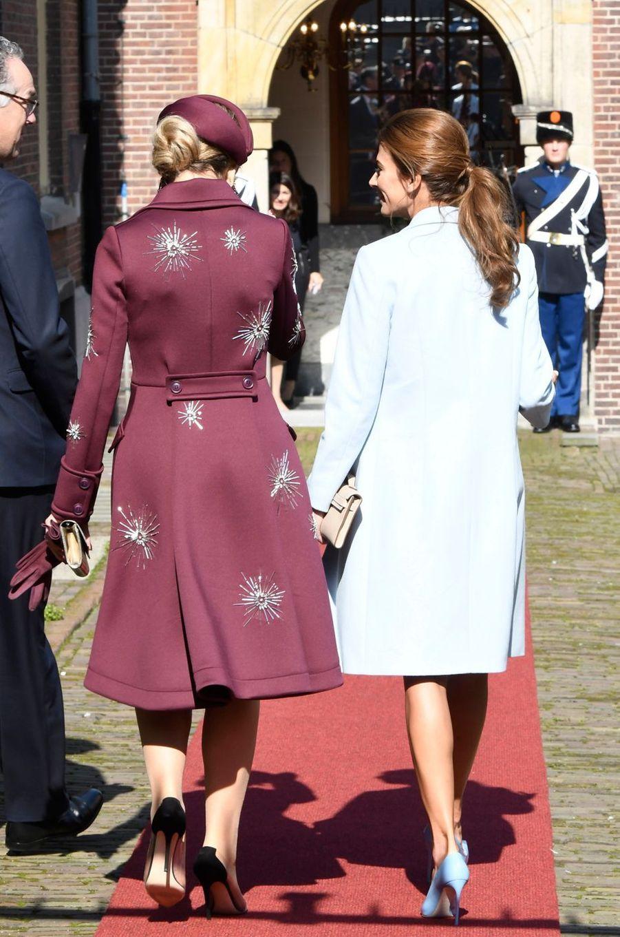 La reine Maxima des Pays-Bas dans un original manteau de Claes Iversen, avec Juliana Awada, à La Haye le 28 mars 2017
