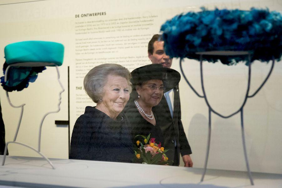 La princesse Beatrix des Pays-Bas visite l'exposition de ses chapeaux au Paleis Het Loo, à Apeldoorn, le 22 mars 2017