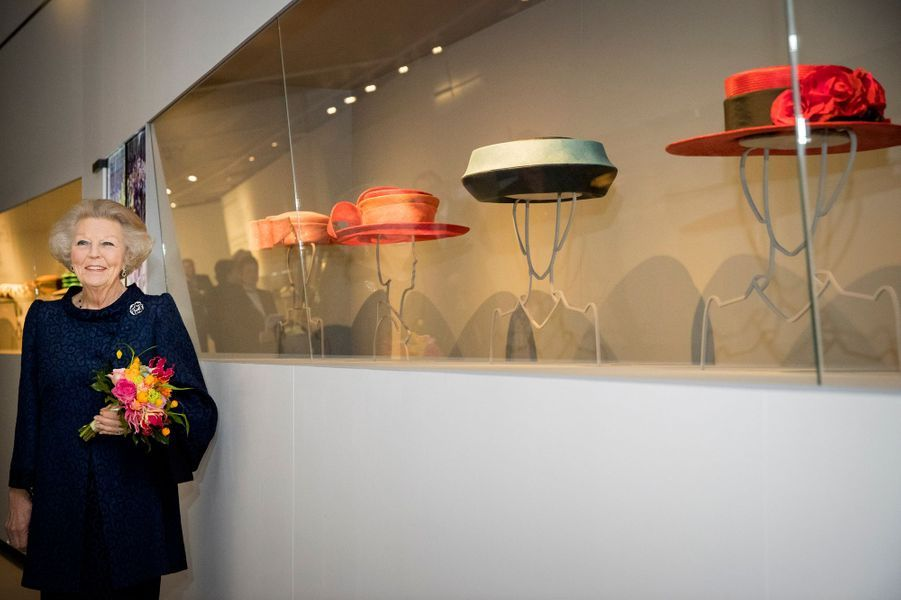 L'ex-reine Beatrix des Pays-Bas visite l'exposition de ses chapeaux au Paleis Het Loo, à Apeldoorn, le 22 mars 2017