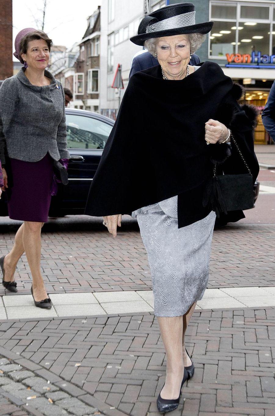L'ex-reine Beatrix des Pays-Bas en noir et argent à Utrecht, le 22 janvier 2018