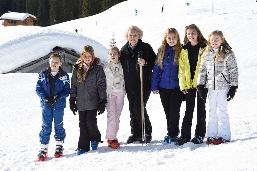 La princesse Beatrix des Pays-Bas et six de ses petits-enfants à Lech, le 22 février 2016