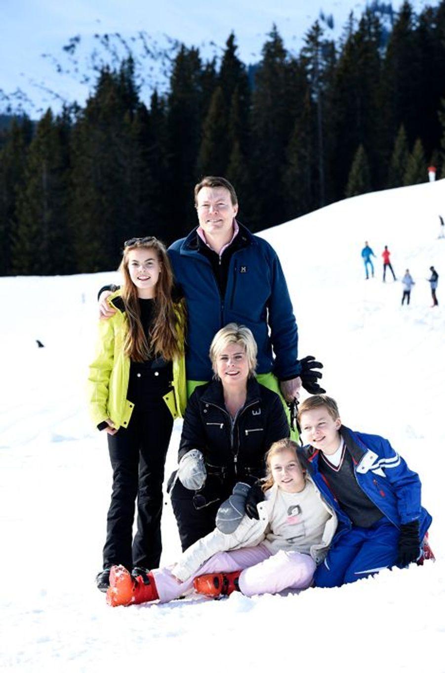 La princesse Laurentien et le prince Constantijn des Pays-Bas avec leurs enfants à Lech, le 22 février 2016