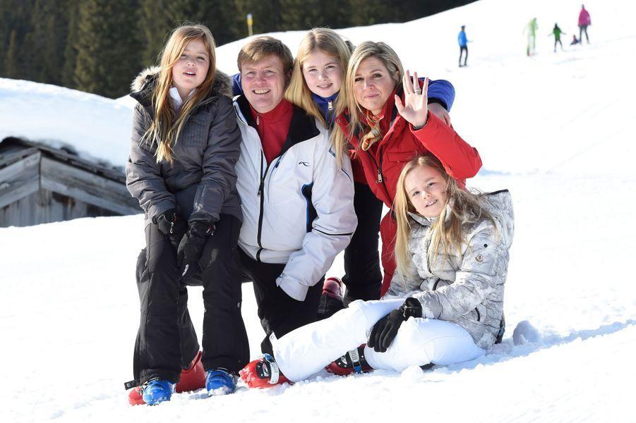La reine Maxima et le roi Willem-Alexander des Pays-Bas avec leurs filles à Lech, le 22 février 2016