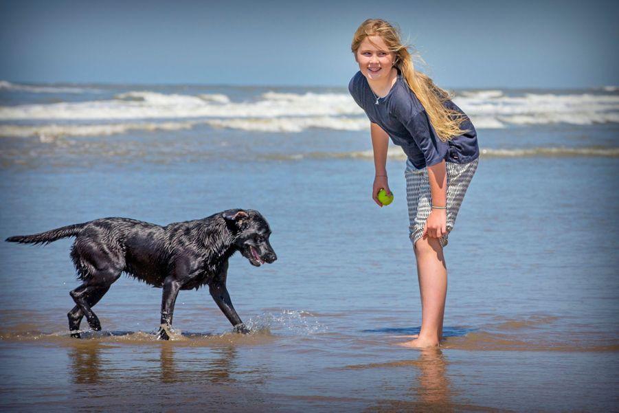 La princesse Catharina-Amalia sur la plage en juillet 2015