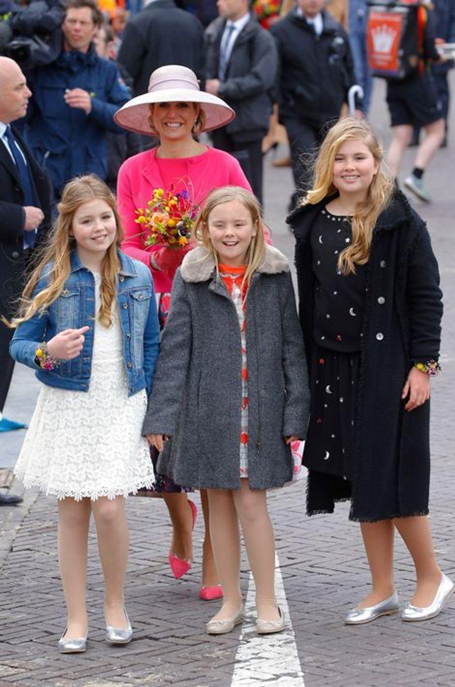 La reine Maxima des Pays-Bas avec ses filles à Zwolle, le 27 avril 2016