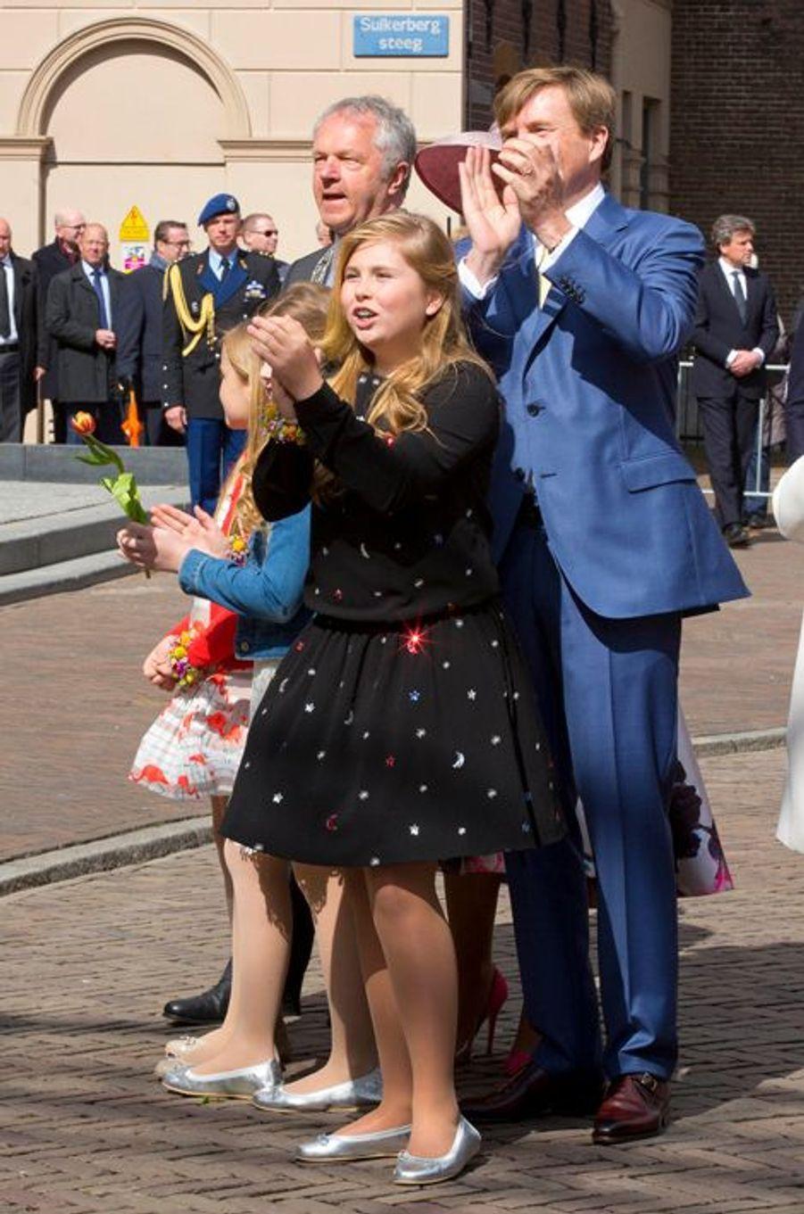 Le roi Willem-Alexander des Pays-Bas avec ses filles à Zwolle, le 27 avril 2016