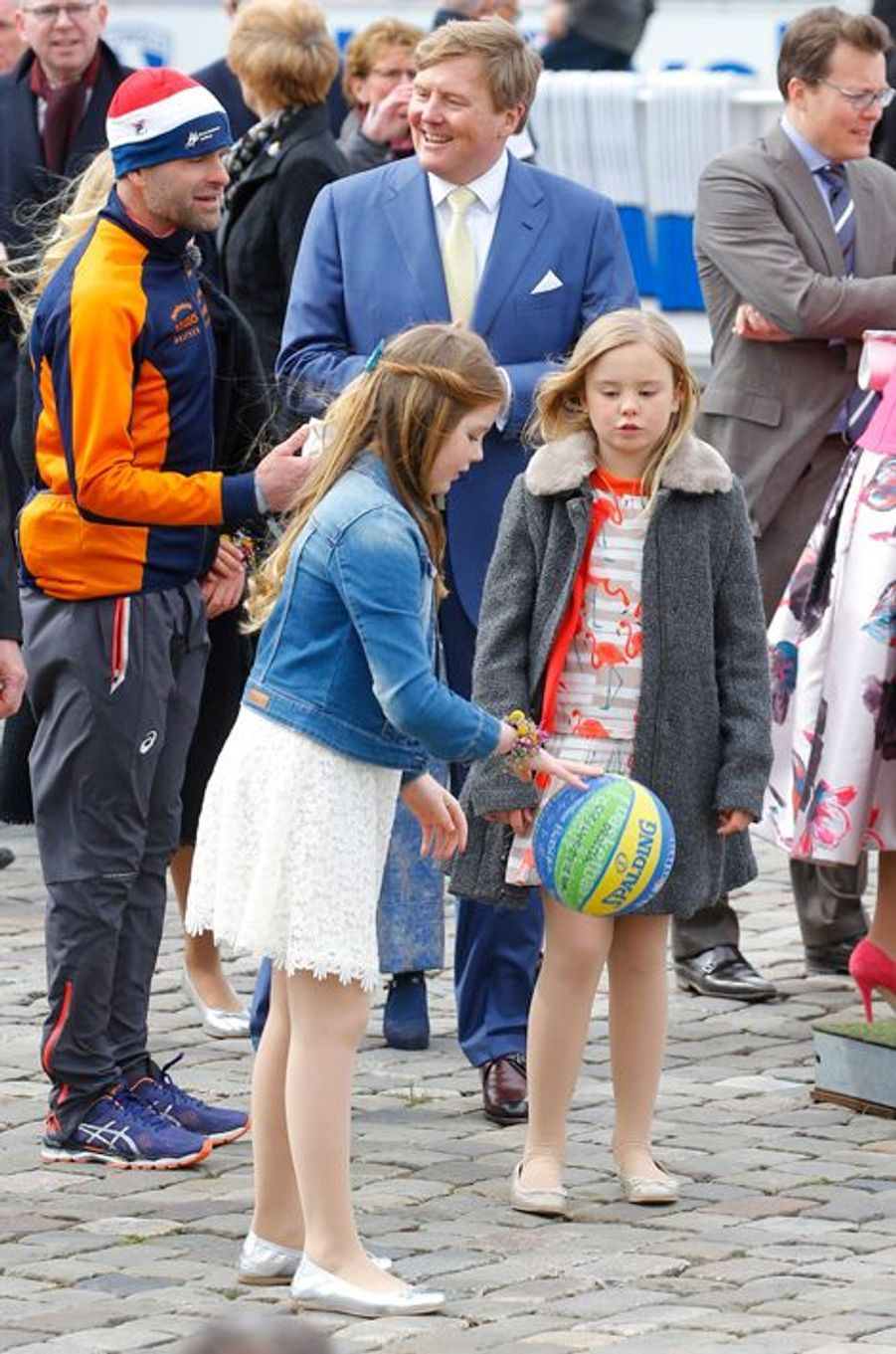Les princesses Alexia et Ariane des Pays-Bas avec le roi Willem-Alexander à Zwolle, le 27 avril 2016