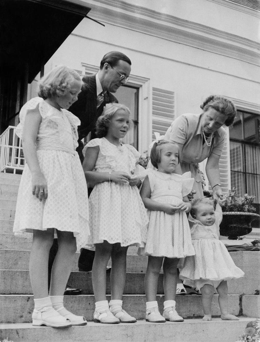 La princesse Christina des Pays-Bas avec ses parents et ses trois soeurs aînées, le 5 août 1948