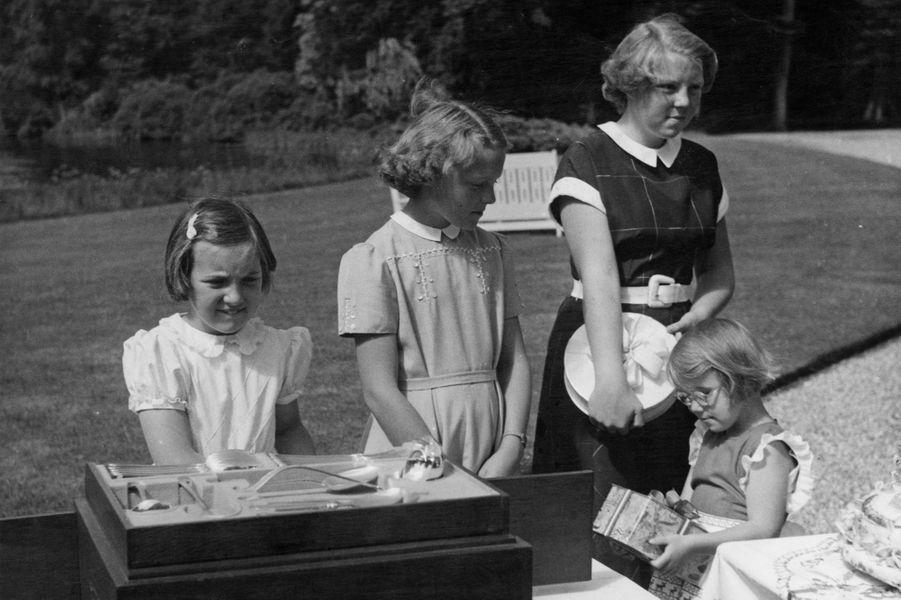 La princesse Christina des Pays-Bas avec ses trois grandes soeurs, le 5 août 1952