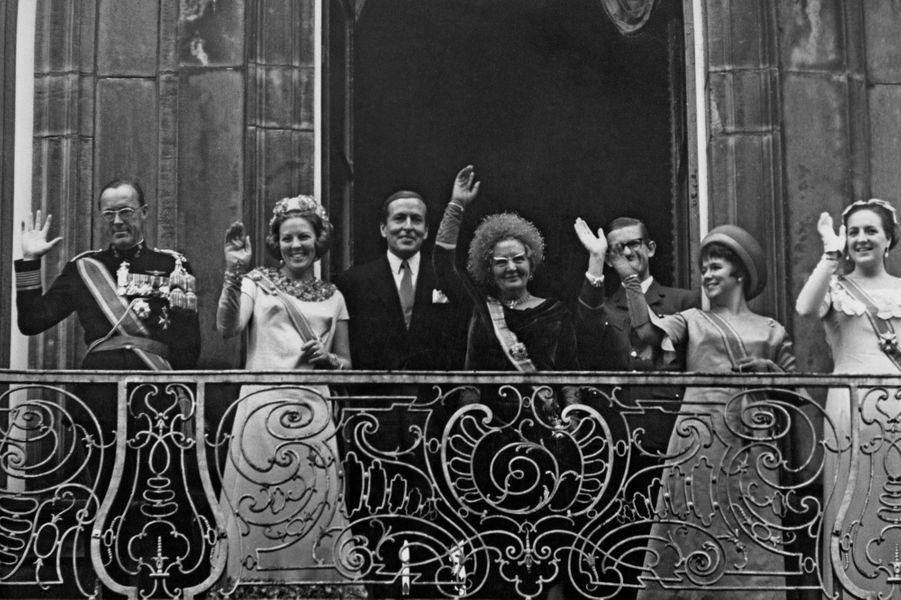 La princesse Christina des Pays-Bas (2e à partir de la droite) avec ses parents la reine Juliana et le prince Bernhard et ses soeurs les princesses Beatrix et Margriet et leurs maris, le 19 septembre 1967