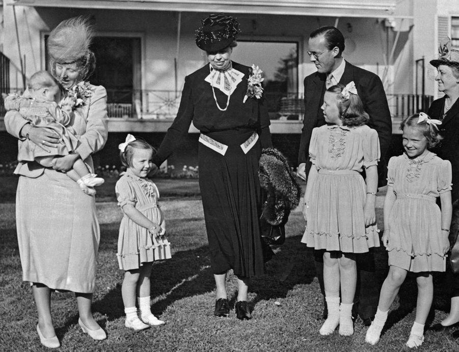 La princesse Christina des Pays-Bas avec ses parents, ses trois soeurs aînées etEleanor Roosevelt, le 23 avril 1948
