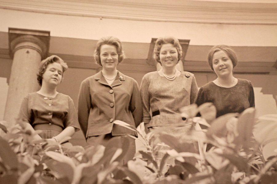 La princesse Christina des Pays-Bas avec ses trois soeurs. Photo non datée