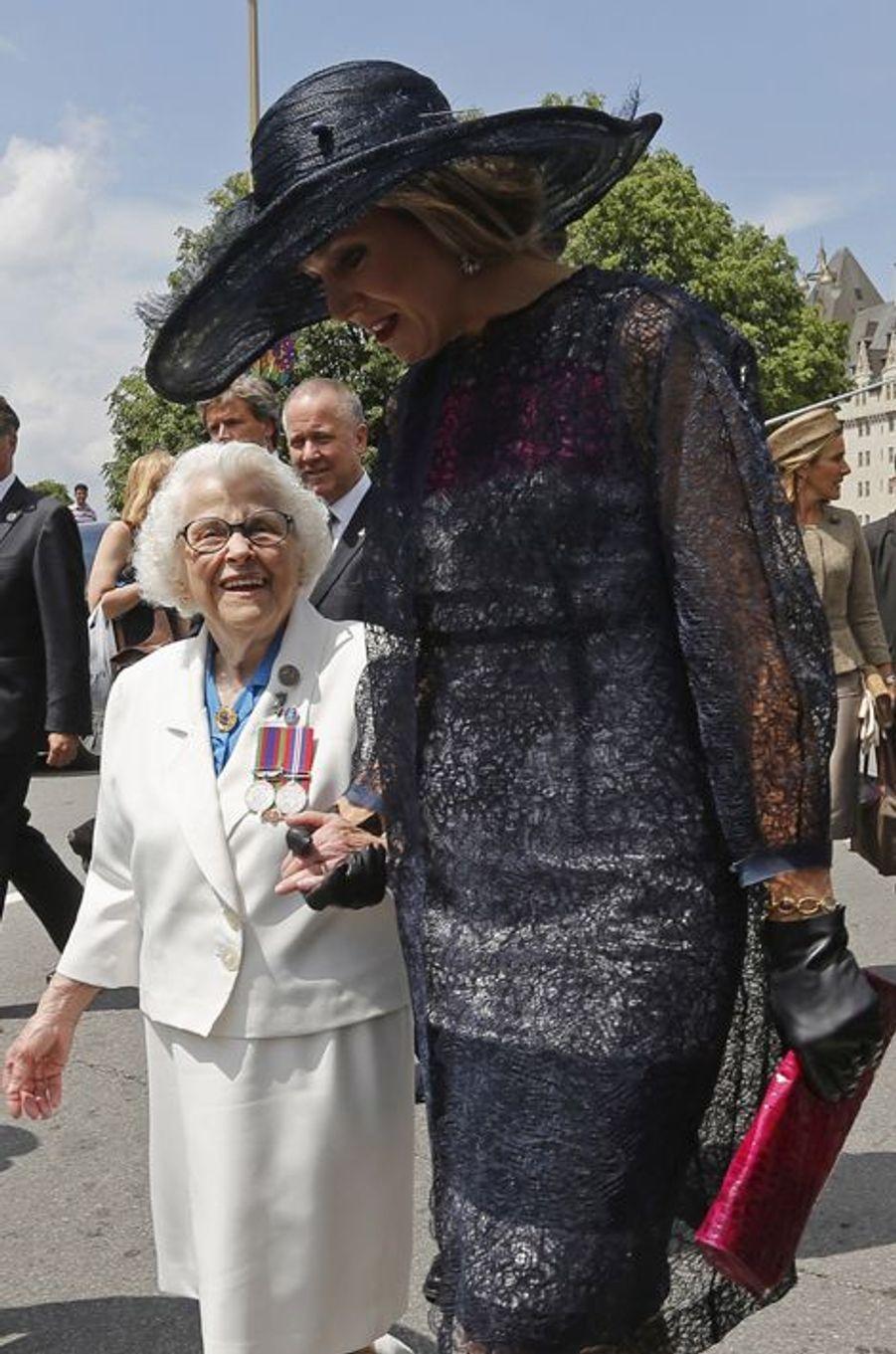 La reine Maxima des Pays-Bas, avec une vétérane de la Seconde Guerre mondiale à Ottawa, le 27 mai 2015