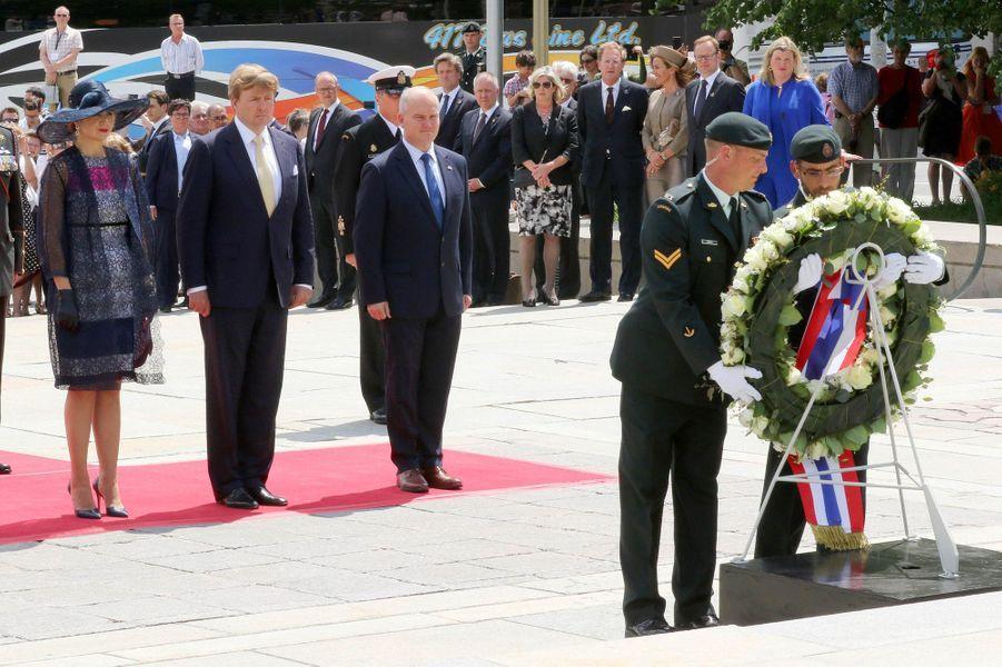 La reine Maxima et le roi Willem-Alexander au Monument commémoratif de guerre à Ottawa, le 27 mai 2015