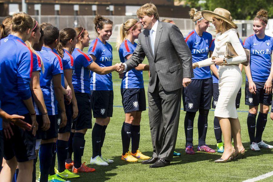 La reine Maxima et le roi Willem-Alexander avec l'équipe nationale féminine de football des Pays-Bas à Toronto, le 29 mai 2015