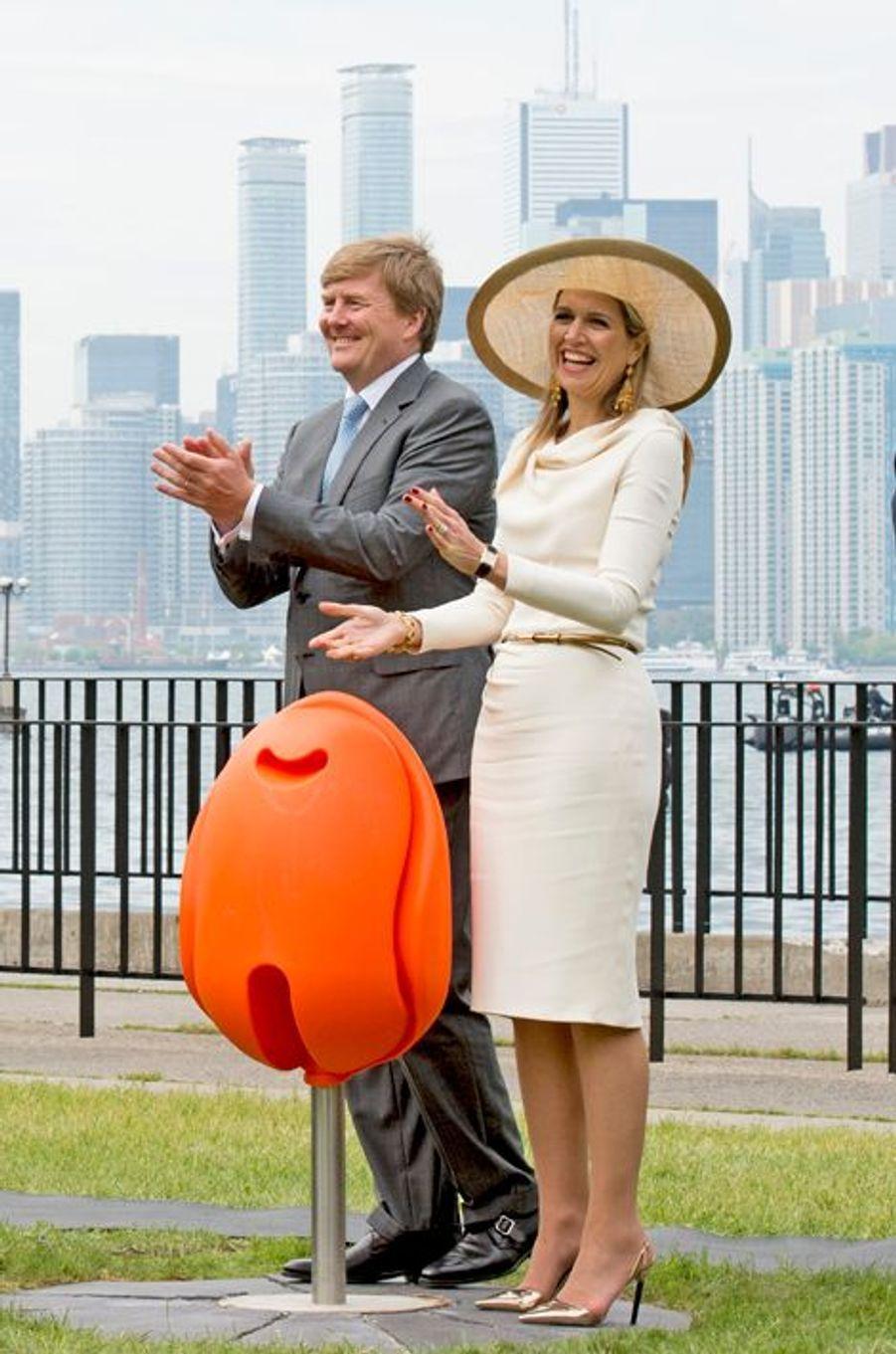 La reine Maxima et le roi Willem-Alexander dévoilent les tulpi-chairs à Toronto, le 29 mai 2015