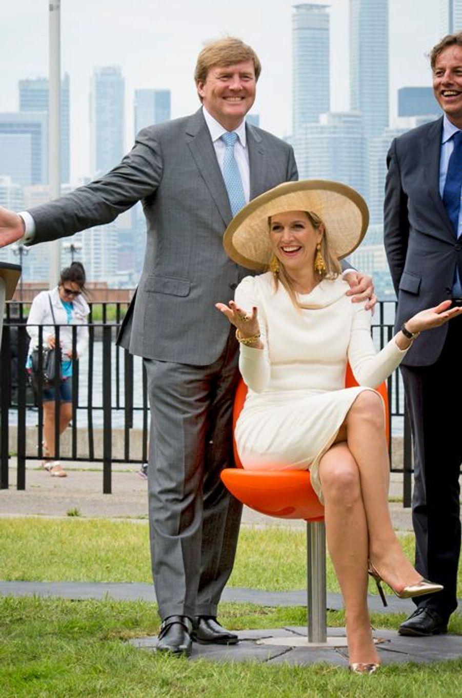 La reine Maxima et le roi Willem-Alexander testent les tulpi-chairs à Toronto, le 29 mai 2015