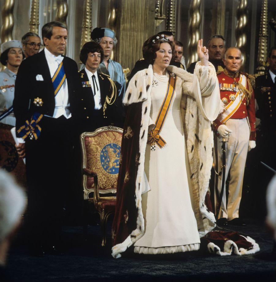 La reine Beatrix des Pays-Bas prête serment, lors de son intronisation à Amsterdam le 30 avril 1980