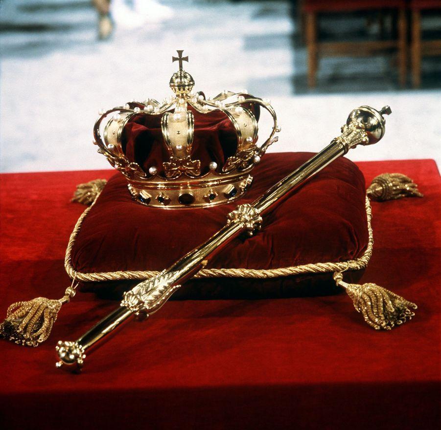 La couronne et le sceptre lors de l'intronisation de la reine Beatrix des Pays-Bas, le 30 avril 1980 à Amsterdam