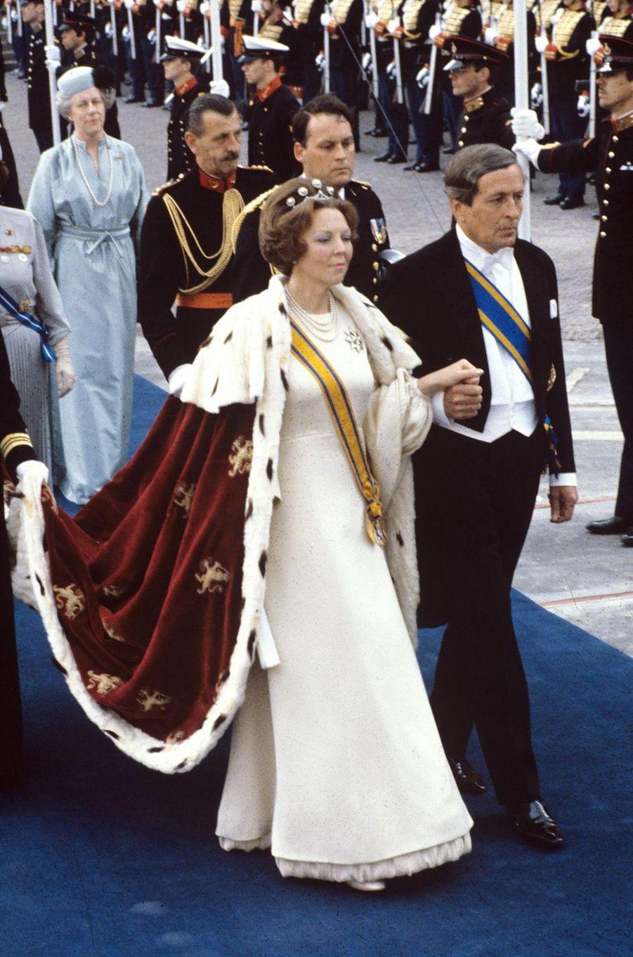La reine Beatrix des Pays-Bas avec son époux le prince consort Claus, lors de son intronisation à Amsterdam le 30 avril 1980