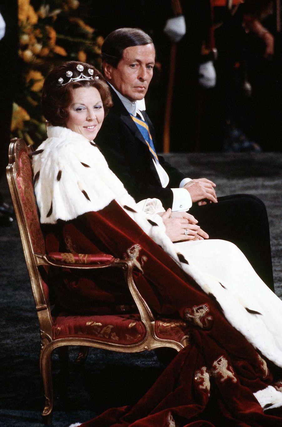 La reine Beatrix des Pays-Bas avec son époux le prince Claus, lors de son intronisation à Amsterdam le 30 avril 1980