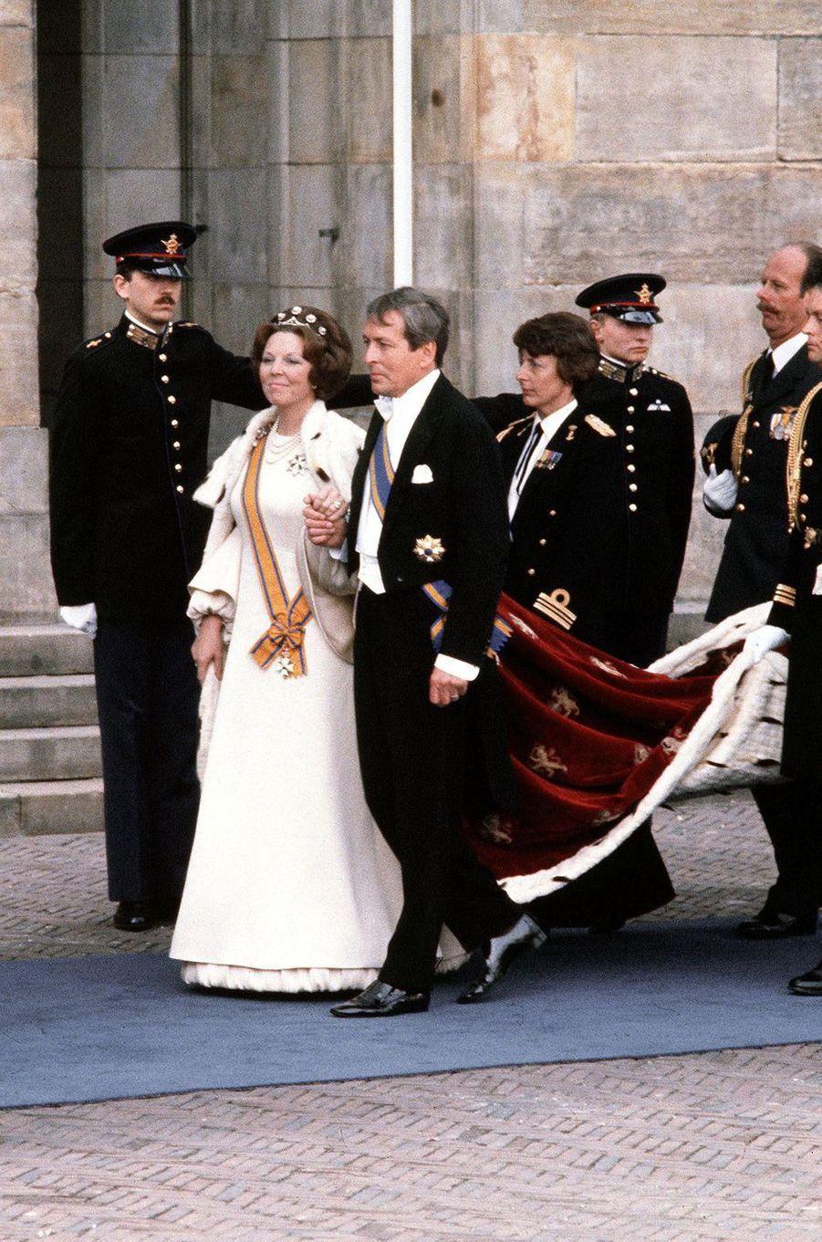 La reine Beatrix des Pays-Bas avec son époux le prince consort Claus, lors de son intronisation le 30 avril 1980 à Amsterdam