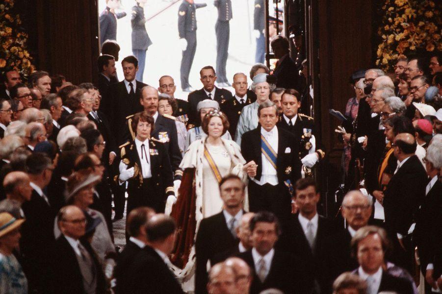 La reine Beatrix des Pays-Bas avec son mari le prince consort Claus, lors de son intronisation le 30 avril 1980 à Amsterdam