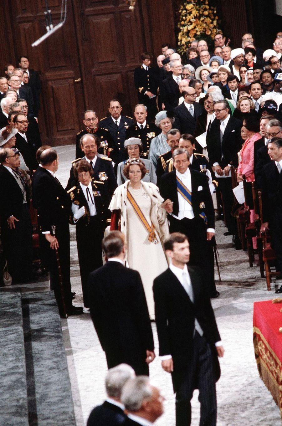 La reine Beatrix des Pays-Bas avec son mari le prince consort Claus, lors de son intronisation à Amsterdam le 30 avril 1980