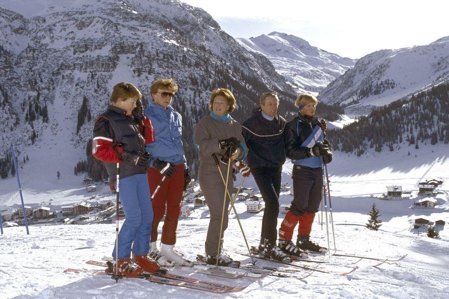 La reine Beatrix des Pays-Bas et le prince Claus avec leurs trois fils à Lech, le 27 décembre 1984