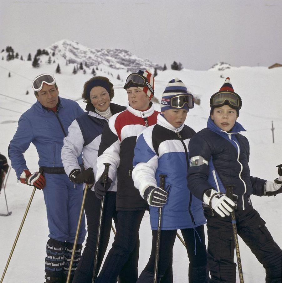 La reine Beatrix des Pays-Bas et le prince Claus avec leurs trois fils à Lech, 22 décembre 1981