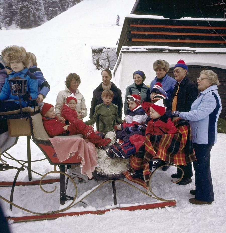 La reine Juliana des Pays-Bas et le prince Bernhard avec leurs filles, leurs gendres et leurs petits-enfants à Lech, le 26 décembre 1978