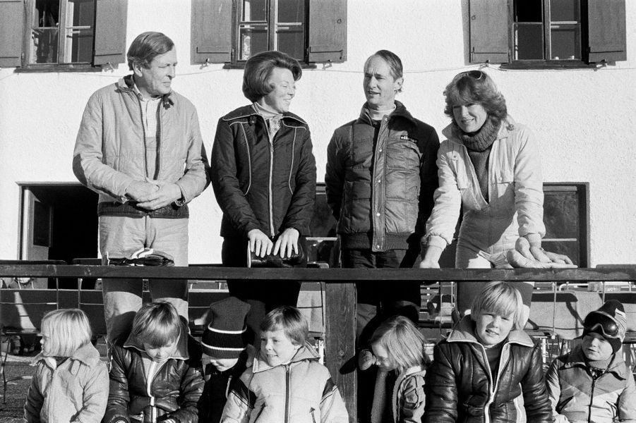 Les princesses Beatrix et Margriet des Pays-Bas avec leurs maris et leurs enfants à Lech, en 27 décembre 1979