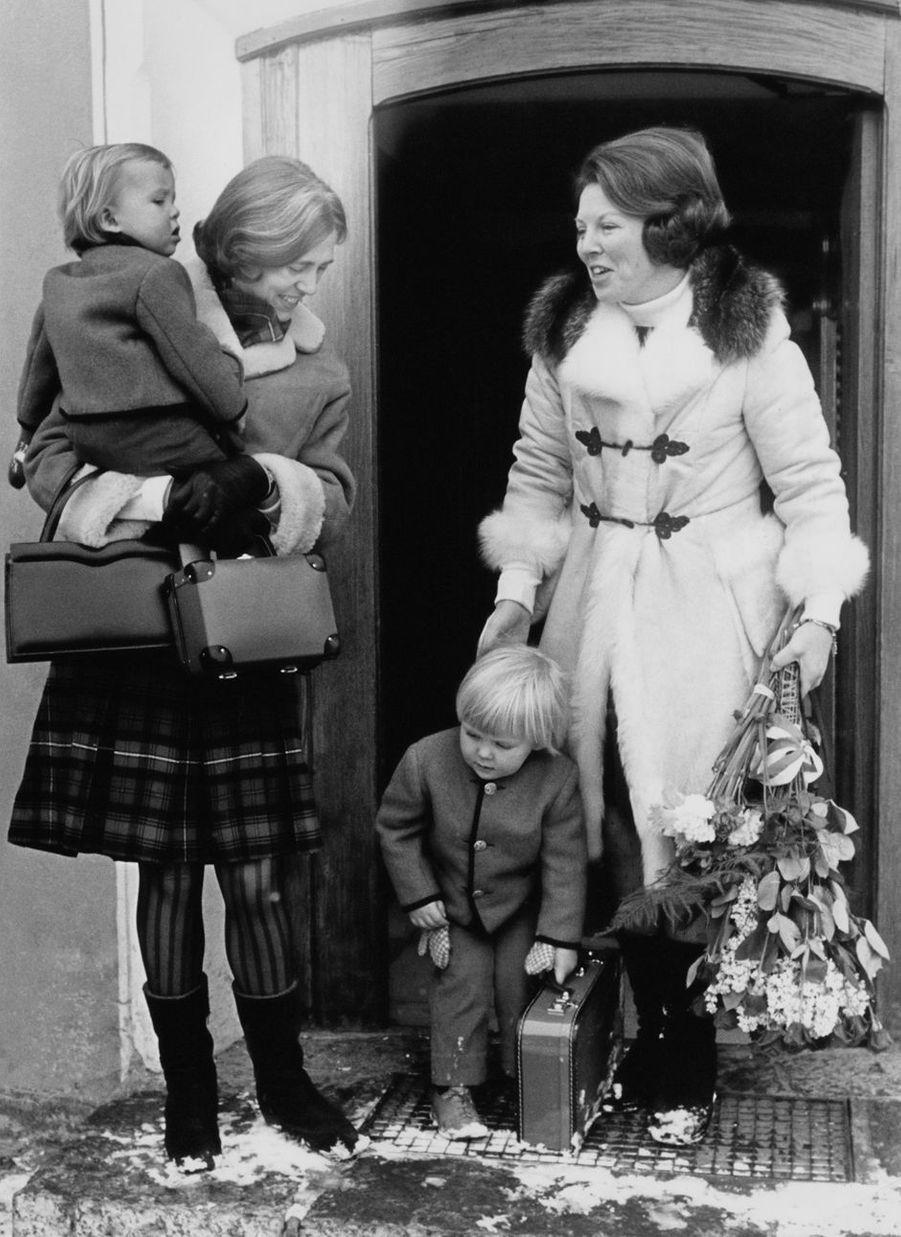 La princesse Beatrix des Pays-Bas avec ses fils les princes Willem-Alexander et Friso à Lech, le 12 mars 1970