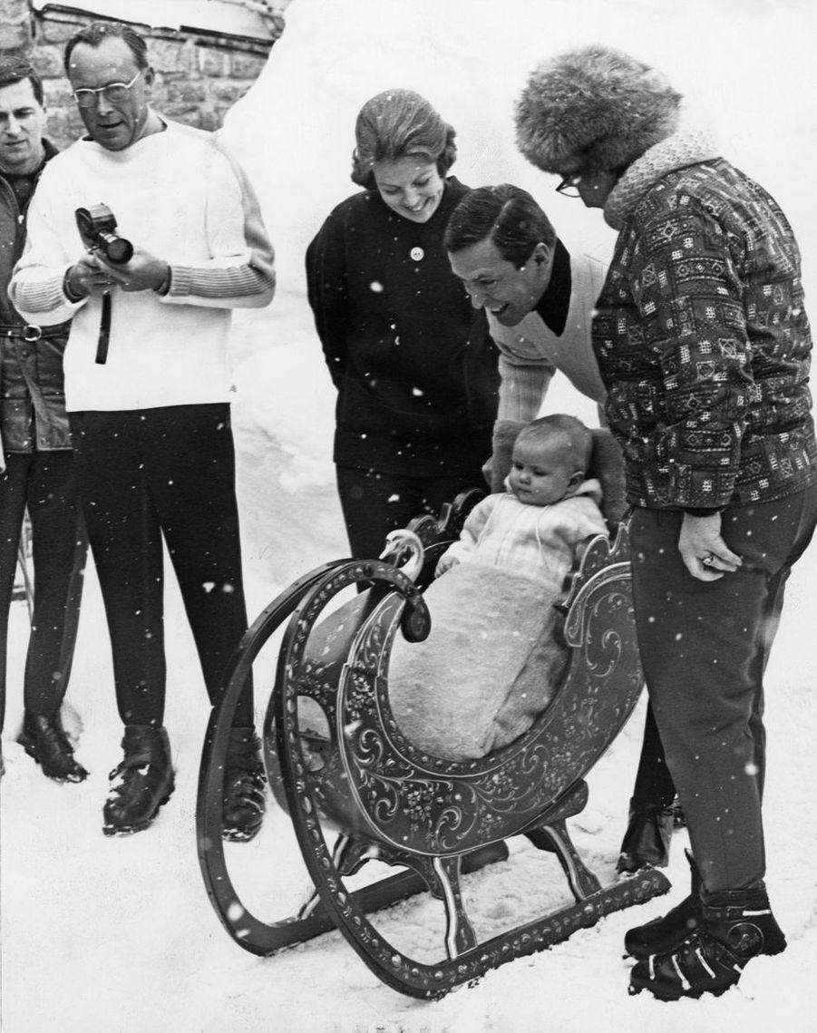 Le prince Willem-Alexander avec ses parents la princesse Beatrix et le prince Claus et sa grand-mère la reine Juliana des Pays-Bas à Lech, le 4 mars 1968