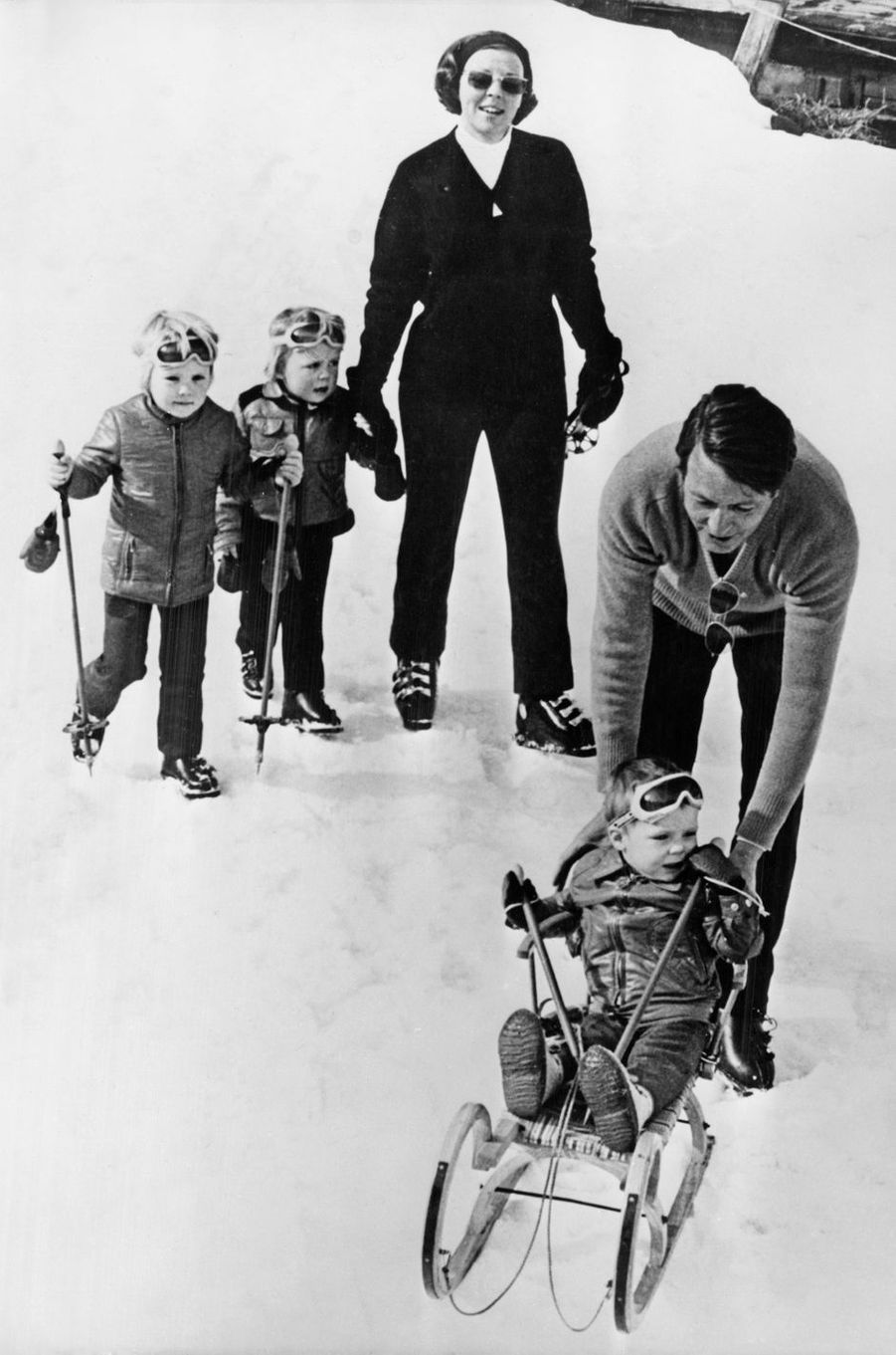 La princesse Beatrix des Pays-Bas et le prince Claus avec leurs trois fils à Lech, le 9 mars 1972