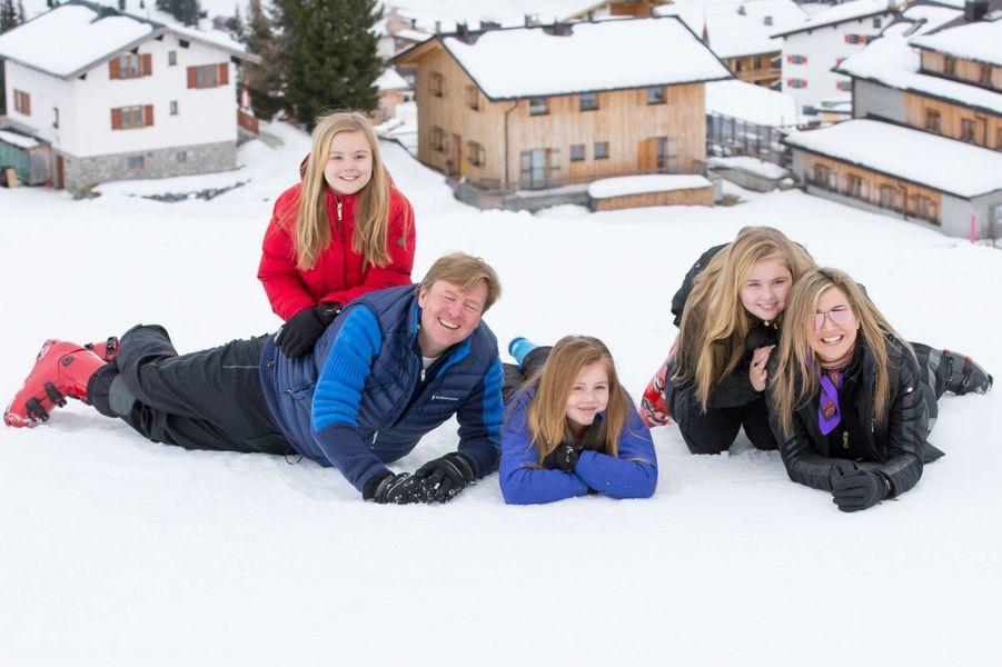 La princesse Maxima et le prince Willem-Alexander des Pays-Bas avec leurs trois filles à Lech, le 27 février 2017