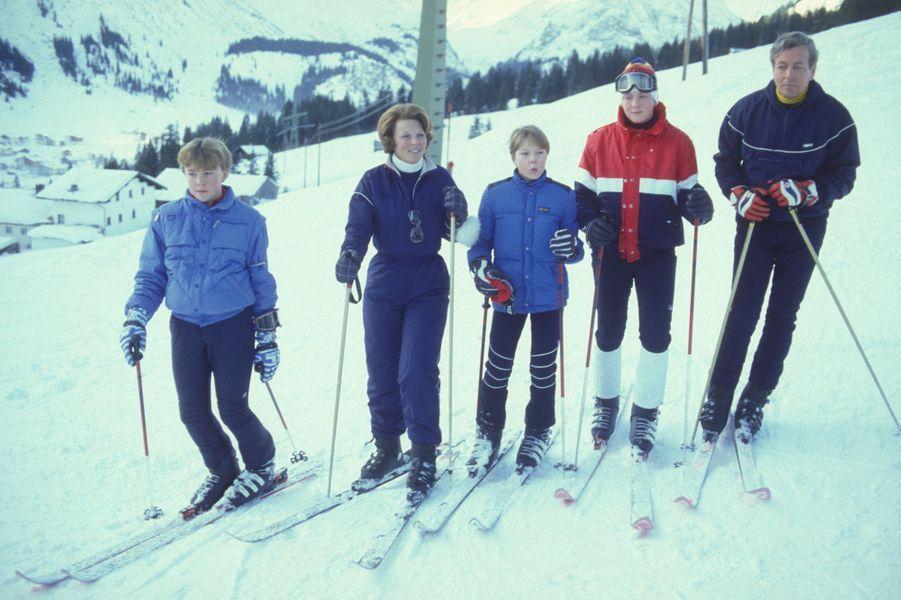 La reine Beatrix des Pays-Bas et le prince Claus avec leurs trois fils à Lech, en décembre 1983