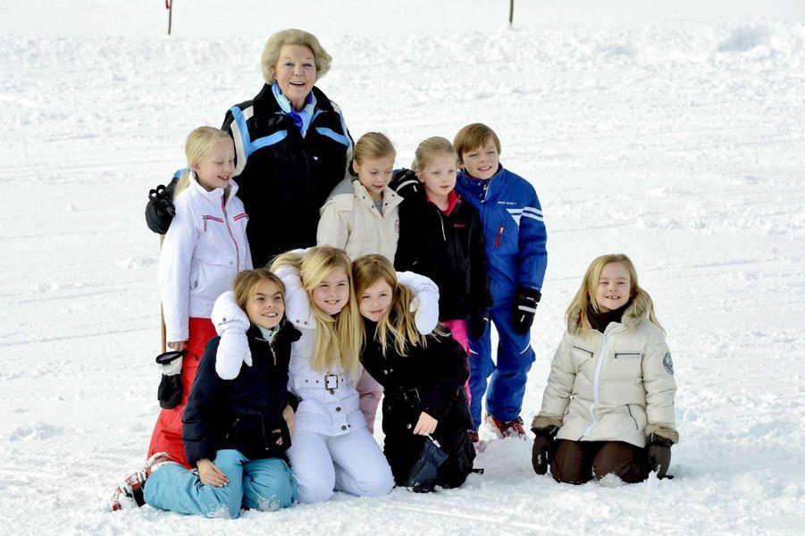 L'ex-reine Beatrix avec ses huit petits-enfants à Lech, le 17 février 2014
