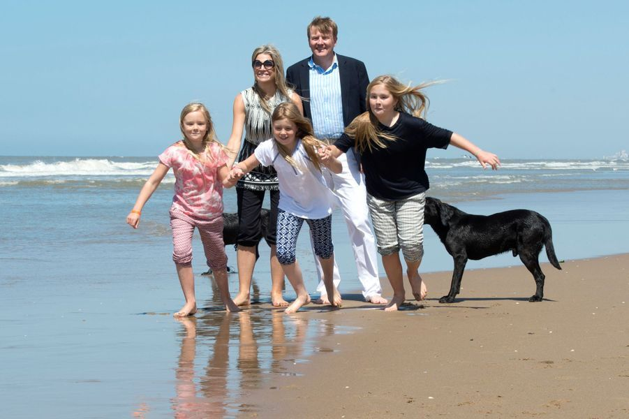 La reine Maxima des Pays-Bas avec le roi Willem-Alexander et leurs filles à Wassenaar, le 10 juillet 2015