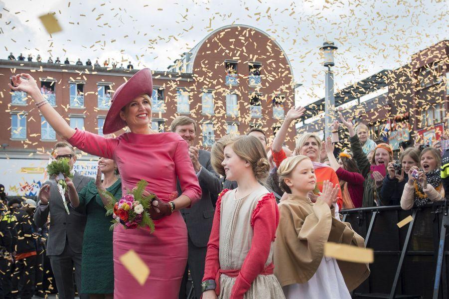 La reine Maxima des Pays-Bas avec les princesses Alexia et Ariane à la Fête du roi à Dordrecht, le 27 avril 2015