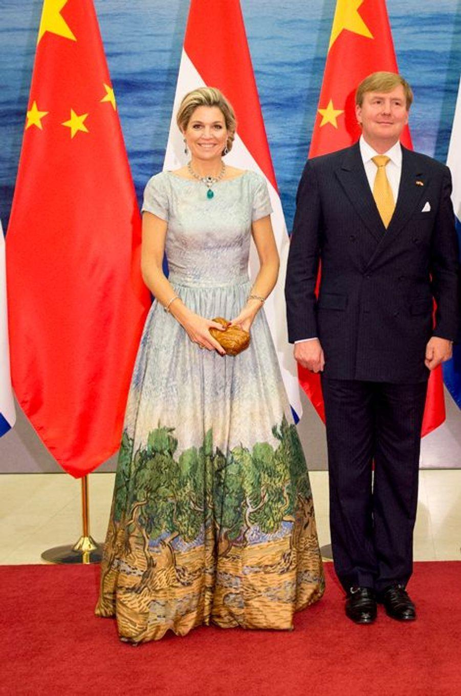 """La reine Maxima des Pays-Bas dans sa robe """"Van Gogh"""" avec le roi Willem-Alexander à Pékin, le 26 octobre 2015"""